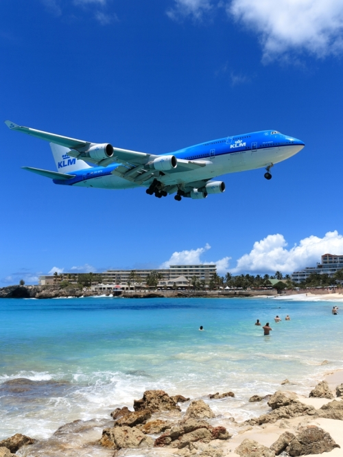 DUCK! — KLM Boeing 747 over Maho Beach