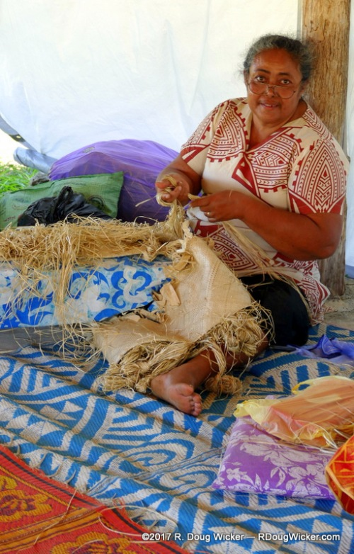 Making siapo (tapa) cloth